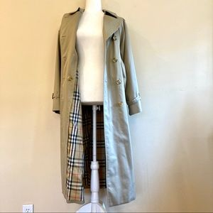 Burberry: classic vintage long trench coat (M)